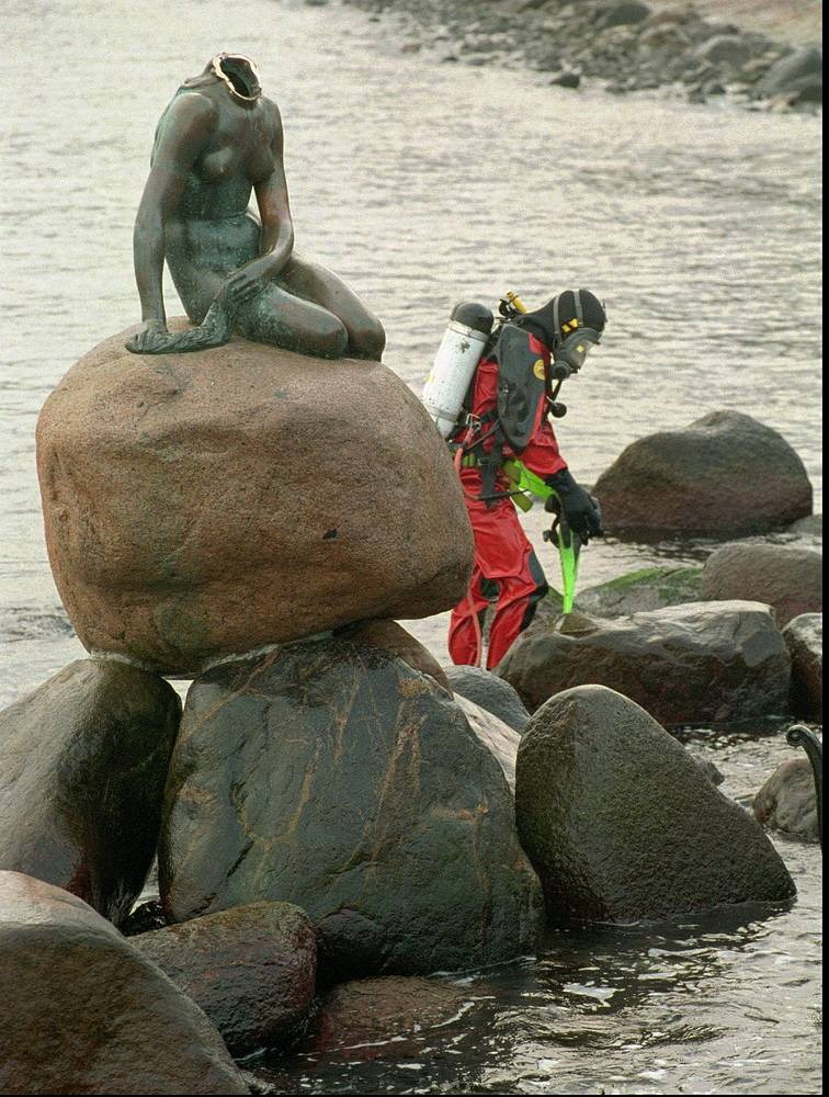On January 6, 1998, the statue was decapitated again. Photo: a diver prepares to search for the missing head of The Little Mermaid