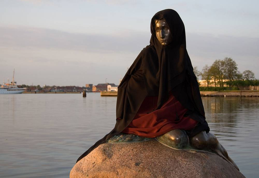 In 2007, a Muslim dress and head scarf were put on the statue again