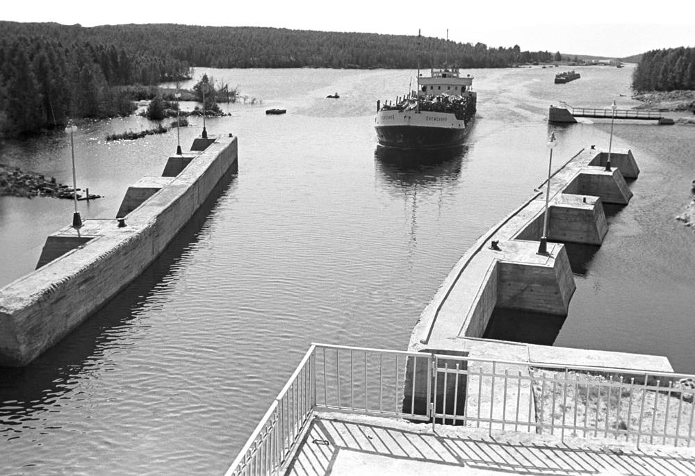The White Sea Canal in Russia was opened 1933. It connects the White Sea with Lake Onega, which is further connected to the Baltic Sea. Photo: the White Sea Canal in 1973