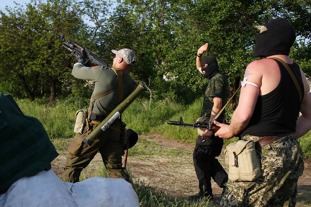 Self-defense squad seen at a checkpoint in Sloviansk May 15