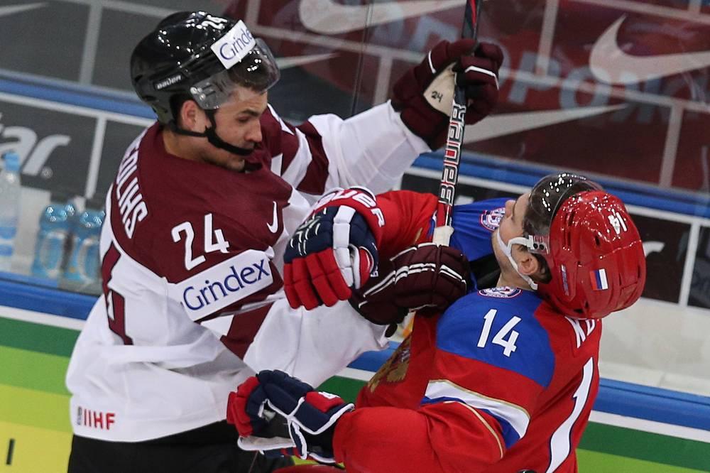 Latvia's Mikelis Redlihs (L) and Russia's Alexander Kutuzov