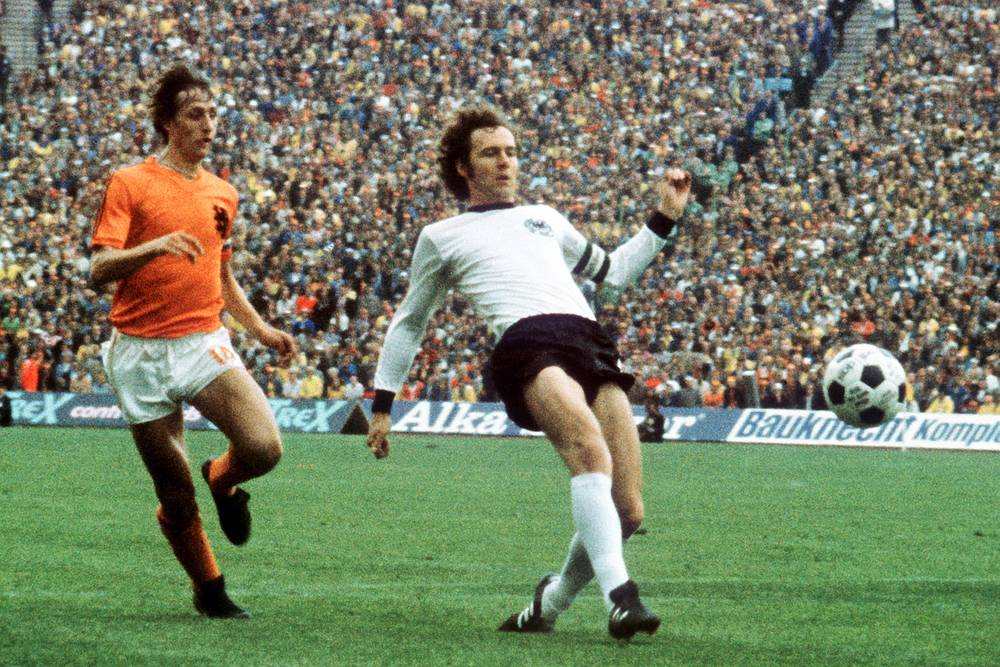 At the World Cup 1974 in South Africa, Germany beat the Netherlands 2-1 in the Final. Photo: Germany's Franz Beckenbauer (R) and Johan Cruyff of the Netherlands during the final