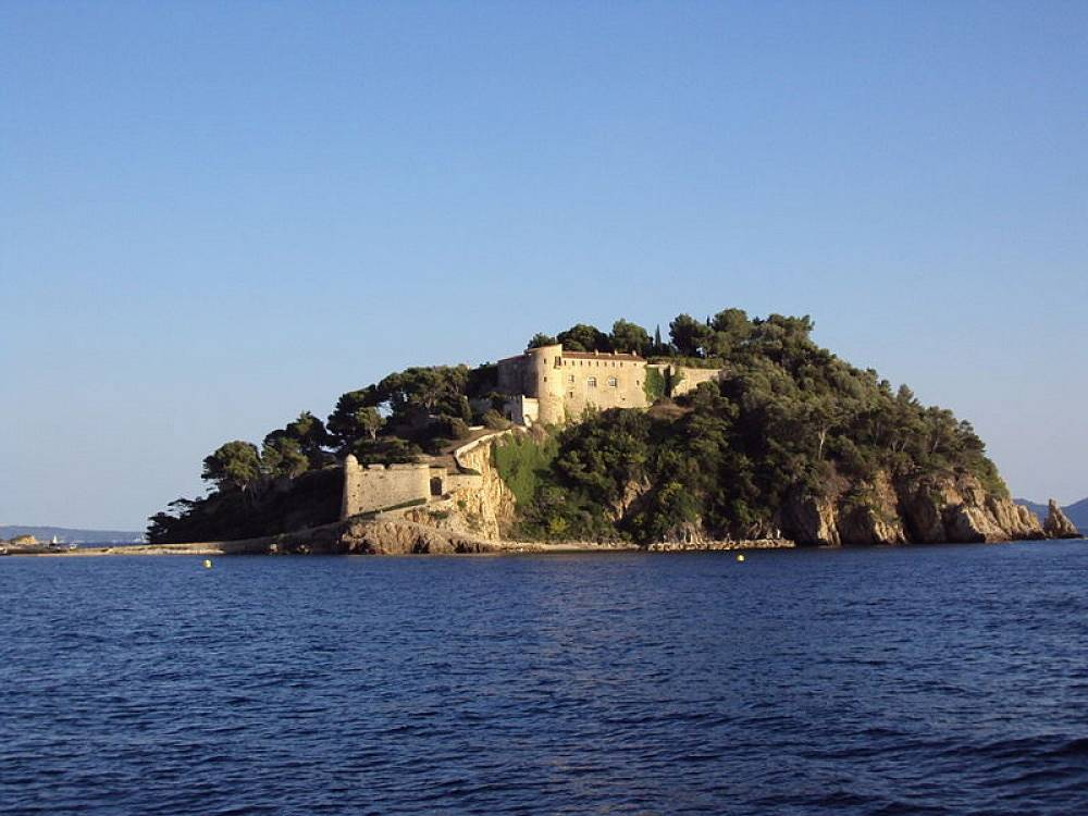 The Fort de Bregancon maintanance costs over €200,000 a year. The possibility of selling the castle has even come up