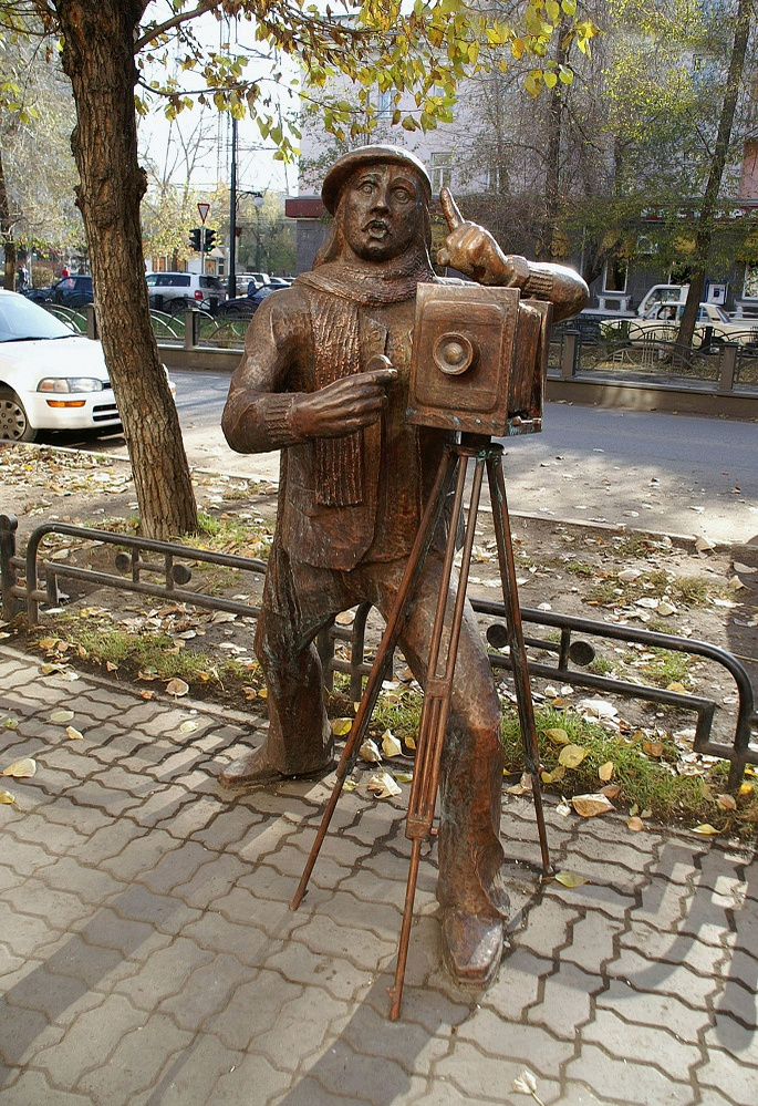 Sculpture of a photographer in Abakan
