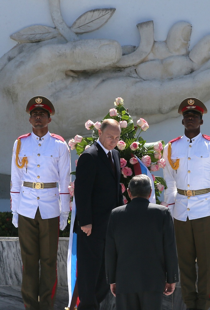 Vladimir Putin and Raul Castro lay flowers to the monument to the Soviet peacekeeping soldier