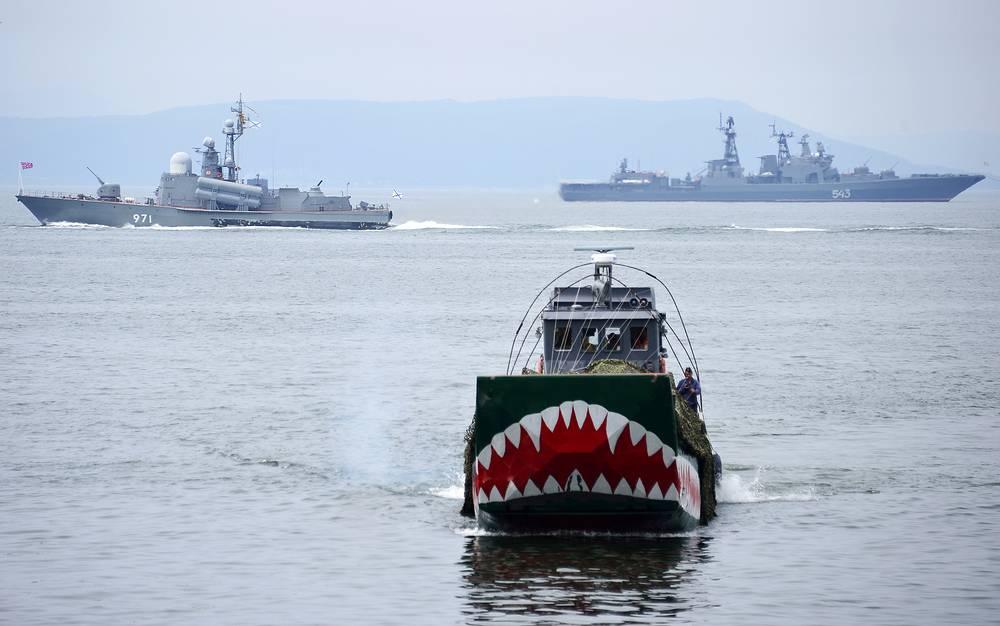 Tarantul-class Corvette (L), Udaloy-class destroyer Marshal Shaposhnikov (R) of the Pacific Fleet during Navy Day parade rehearsal in Vladivostok