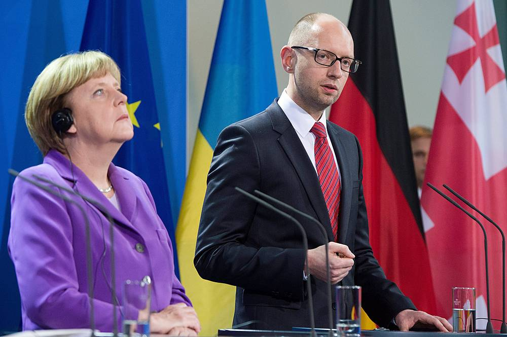 German Chancelloer Angela Merkel (L) and Arseniy Yatsenyuk