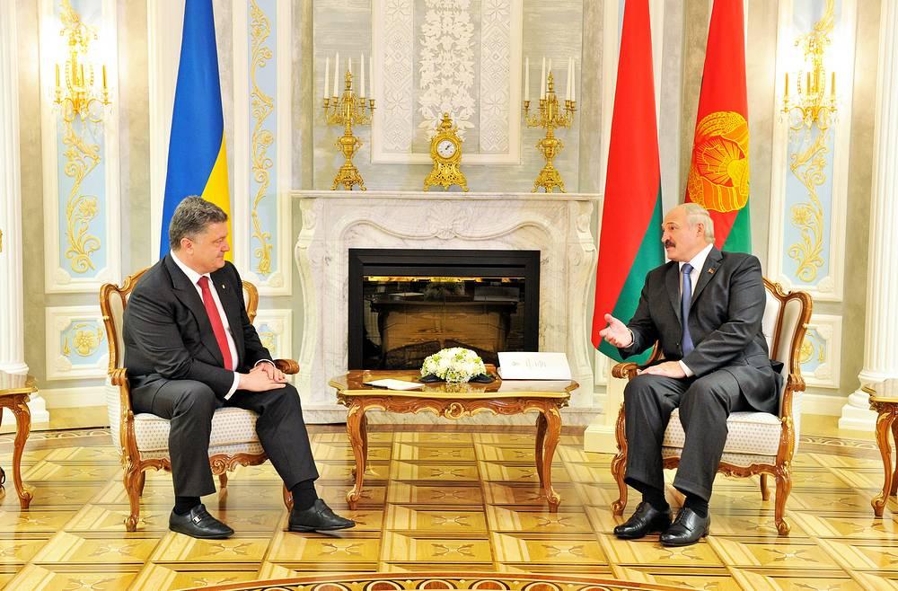 Belarus President Alexander Lukashenko talks to Ukrainian President Petro Poroshenko