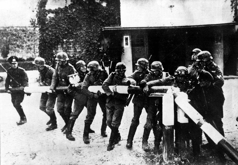 German troops bring down a barrier on the border with Poland