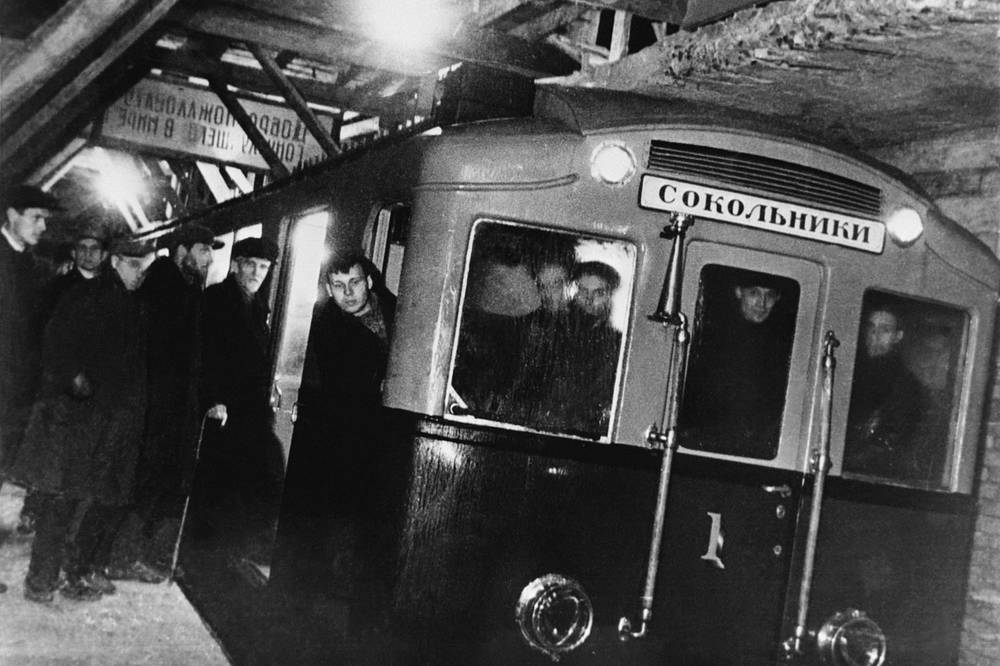 On October 14, 1934 the first trial of Moscow metro train was held. Photo: People entering the first train before trial ride from Komsomolskaya to Sokolniki metro stations