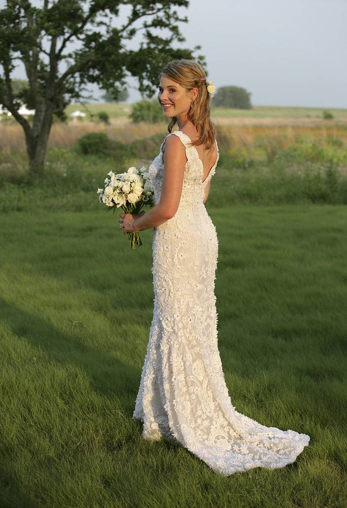 Photo: Jenna Bush, daughter of President George W. Bush and first lady Laura Bush in a wedding gown by Oscar de la Renta, 2008
