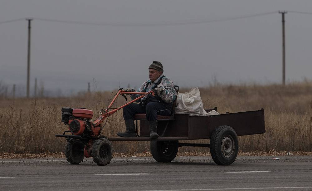 As of Ukrainian minister Ostap Semerak, around 137,000 Ukrainians from the regions in the country's east have already reregistered on the territories controlled by Kiev in order to receive pensions and salaries. Photo: A man driving a vehicle near Luhansk