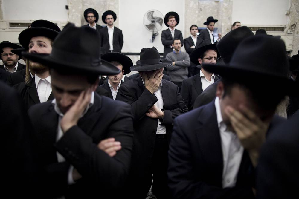 Photo: Ultra-Orthodox Jews mourn during a eulogy ceremony ahed of the funeral of Rabbi Twersky, one of the four jewish victims who were killed in a religious Neighborhood of Jerusalem, 18 November 2014
