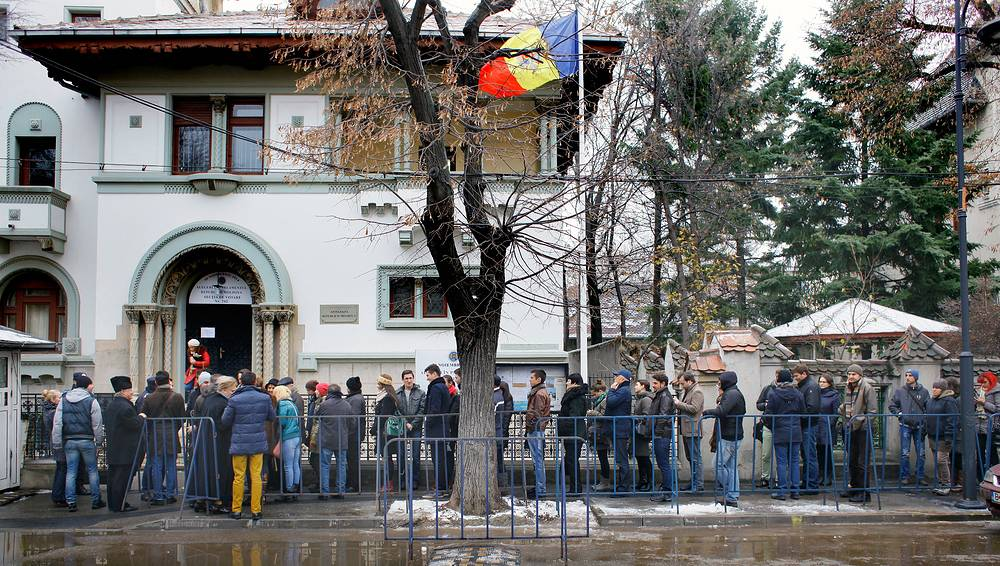 Photo: Moldovan citizens, residents in Romania, queue while waiting to vote for Moldova's parliamentary elections in central Bucharest, Romania, 30 November 2014