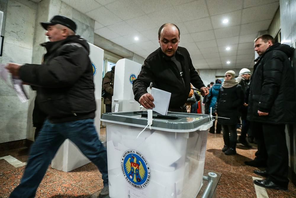 Photo: A Moldovan citizen casts his ballot at a polling station inside the Moldovan embassy in Moscow