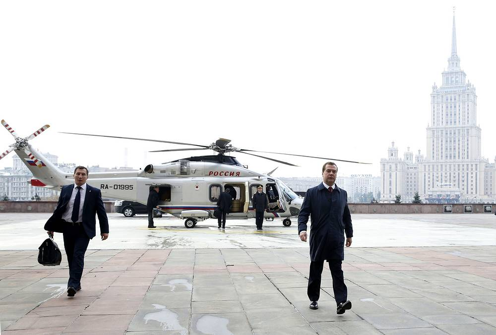 Russian Prime Minister Dmitry Medvedev (right) heads for a meeting with Li Keqiang, the premier of China's State Council, at the Russian government's headquarters