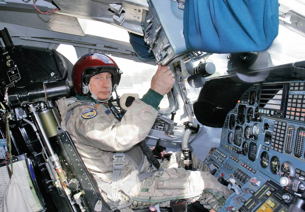 Tu-160 is the world's largest combat aircraft and largest supersonic aircraft built. Photo: Russian President Vladimir Putin in the cockpit of a strategic Tu-160 bomber