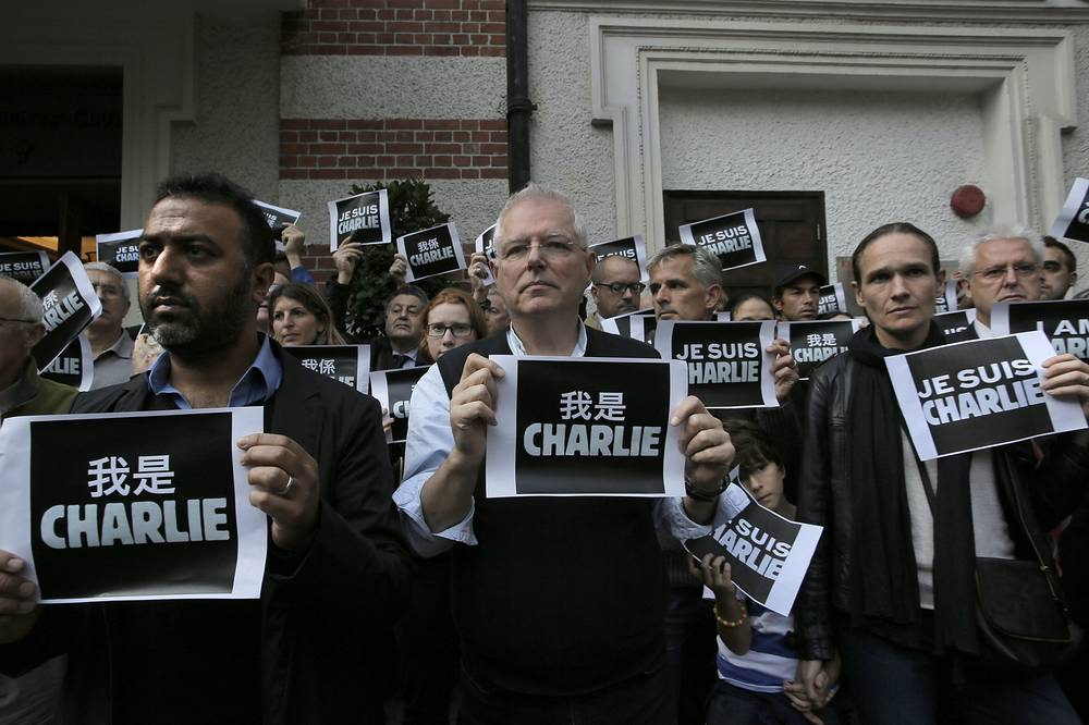 """Journalists and supporters of press freedom show off signs """"Je Suis Charlie (I Am Charlie)"""" outside The Foreign Correspondents' Club in Hong Kong"""