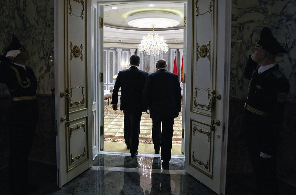 Belarus' President Alexander Lukashenko and Ukraine's President Petro Poroshenko entering a hall in the Palace of Independence in Minsk