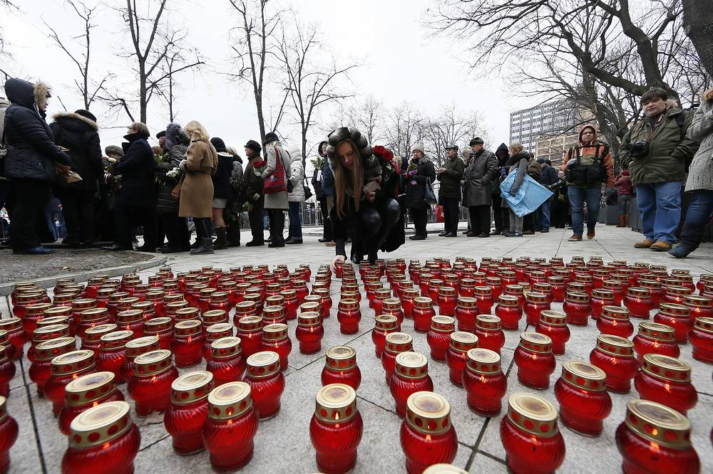 People queue to pay their last respects to Boris Nemtsov during a mourning ceremony at the Sakharov center in Moscow