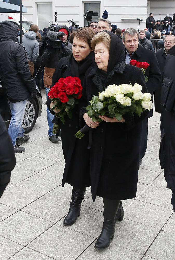 Boris Yeltsin's widow, Naina Yeltsina and her daughter at the mourning ceremony at the Sakharov center in Moscow