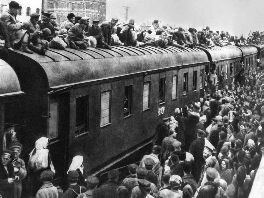 Passenger train at Nikolayevsky railway station, 1917