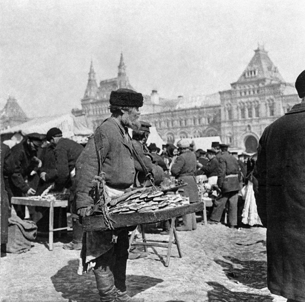 Street vendor with pies at the Red Square, 1900
