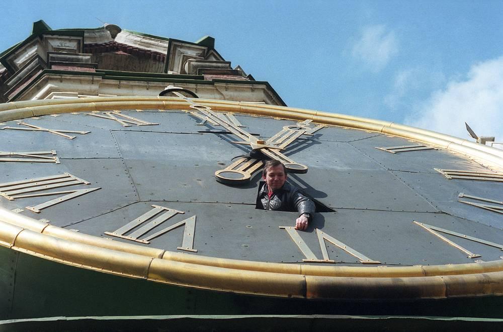 Kremlin clock on the Spasskaya Tower, 1995