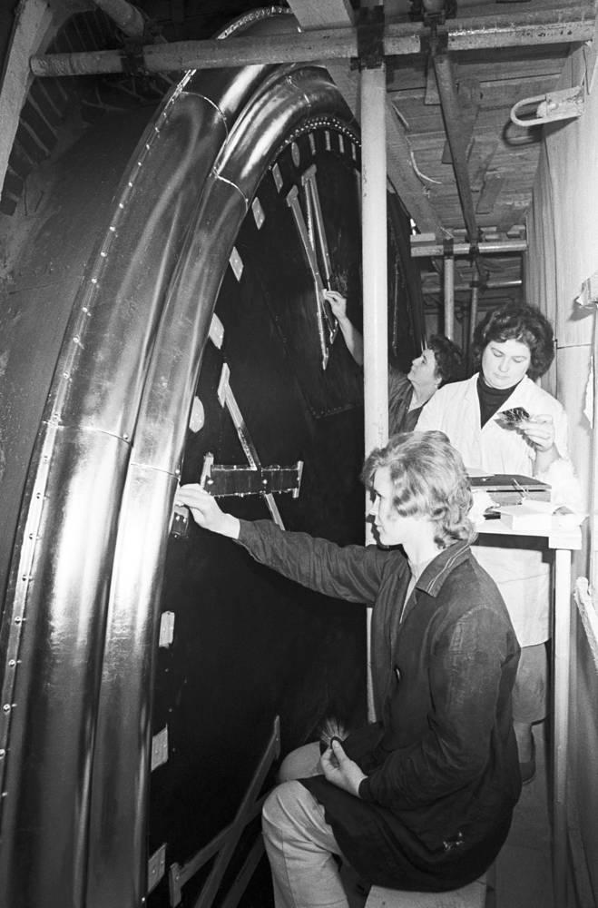Restorers applying gold plating on the watch dial of Spasskaya Tower, 1974