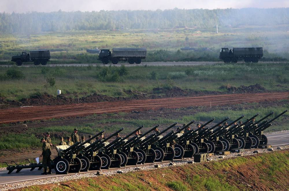 Russian servicemen firing mortars in the Patriot park in Kubinka, Moscow region