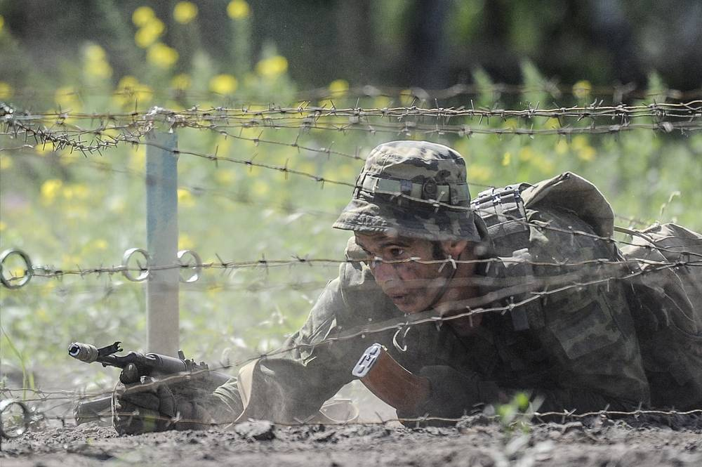 Belarusian soldier going through an assault course in the Scout Trail competition
