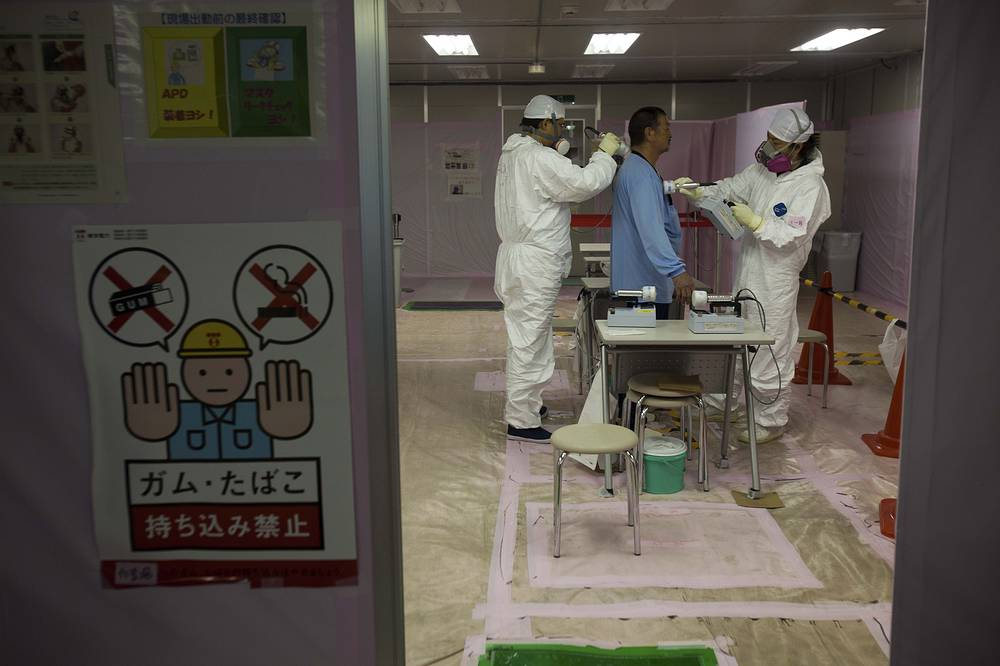 The government later said nuclear power plants will be decommissioned when their authorized 40-year lifespans expire. Photo: workers is given a radiation screening at the emergency operation center at the crippled Fukushima Dai-ichi nuclear power station in Okuma, 2011