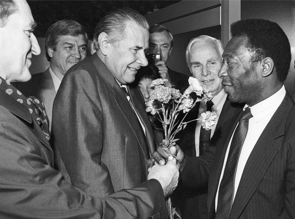 Meeting of legendary football players, Soviet goalkeeper Lev Yashin and Brazilian striker Pele, 1988