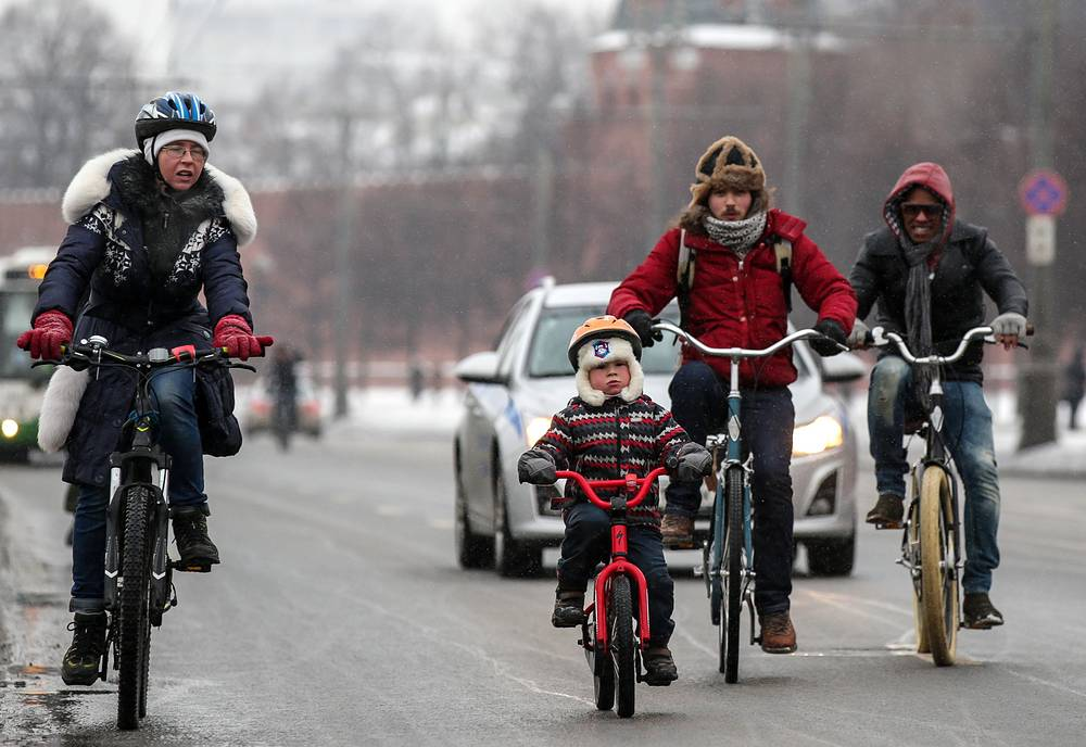 First winter cycling marathon in Moscow. In frosty weather, participants overcame 14 kilometres