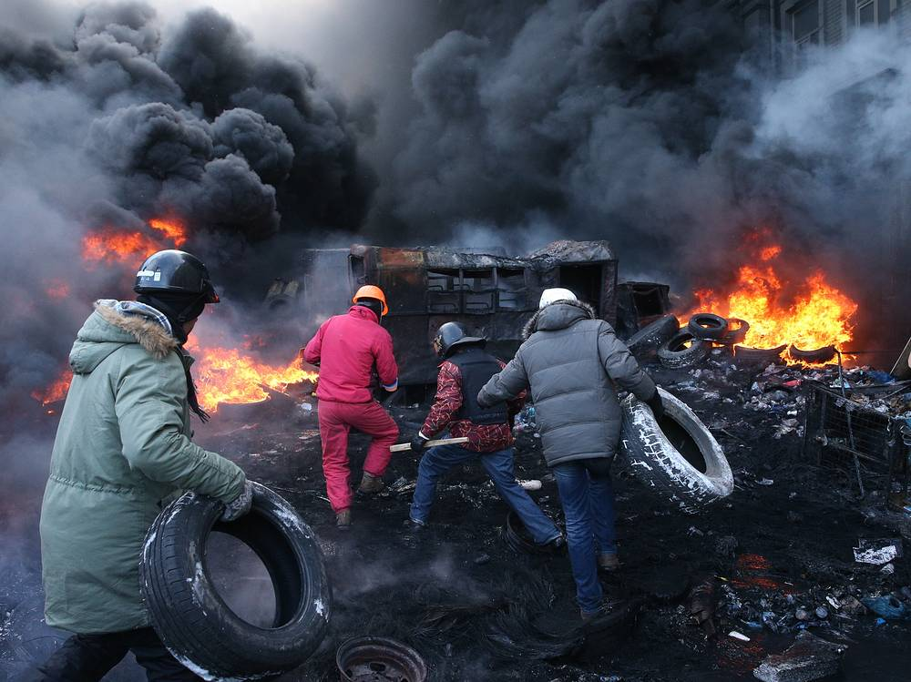 Opposition demonstrators burning tyres in Kiev's Grushevsky street, 2014