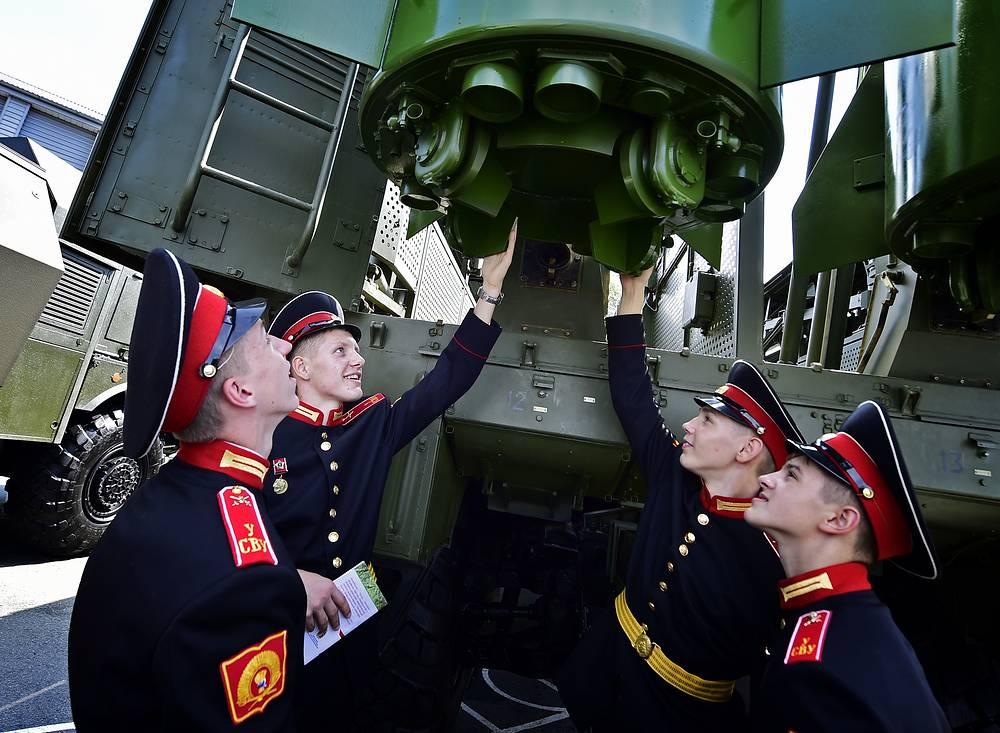Students of the Ussuriysk Suvorov Military School examining Iskander-M tactical ballistic missile complex