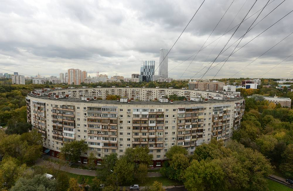 Ring House built in the west of Moscow has 9 floors, 936 apartments and 26 entrances. It was built in 1979 in the run-up to the 1980 Summer Olympics