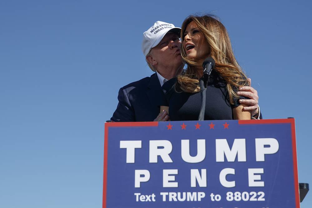 Donald Trump kisses his wife Melania during a campaign rally in Wilmington, Nov. 5, 2016