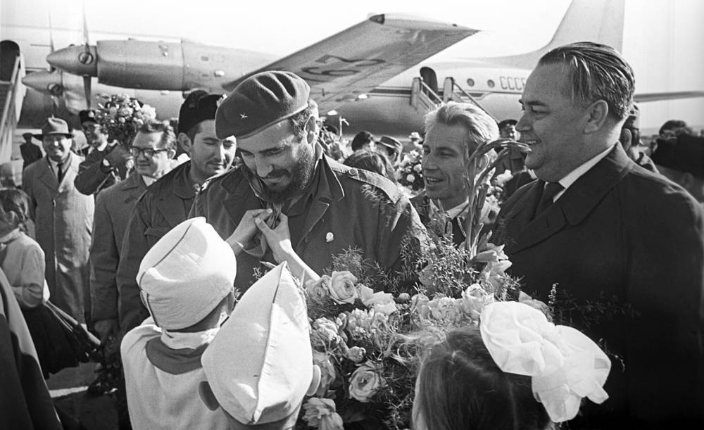 Fidel Castro welcomed in Sverdlovsk airport, 1963