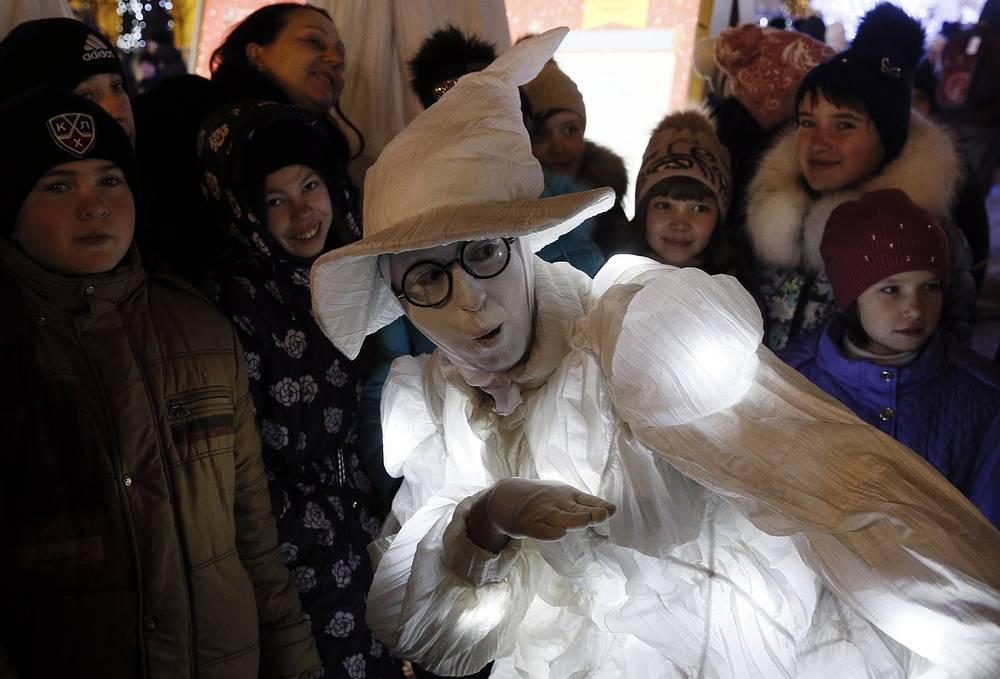Kids watching a performance in Tverskoy Boulevard.