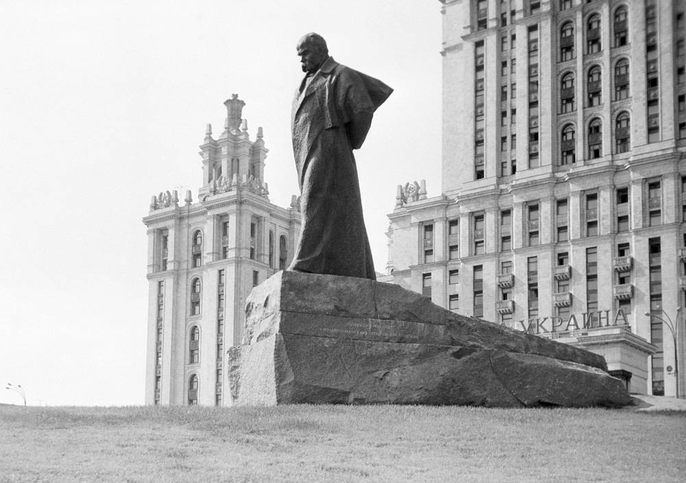 Monument to Ukrainian poet Taras Shevchenko in front of the Hotel Ukraina, 1967