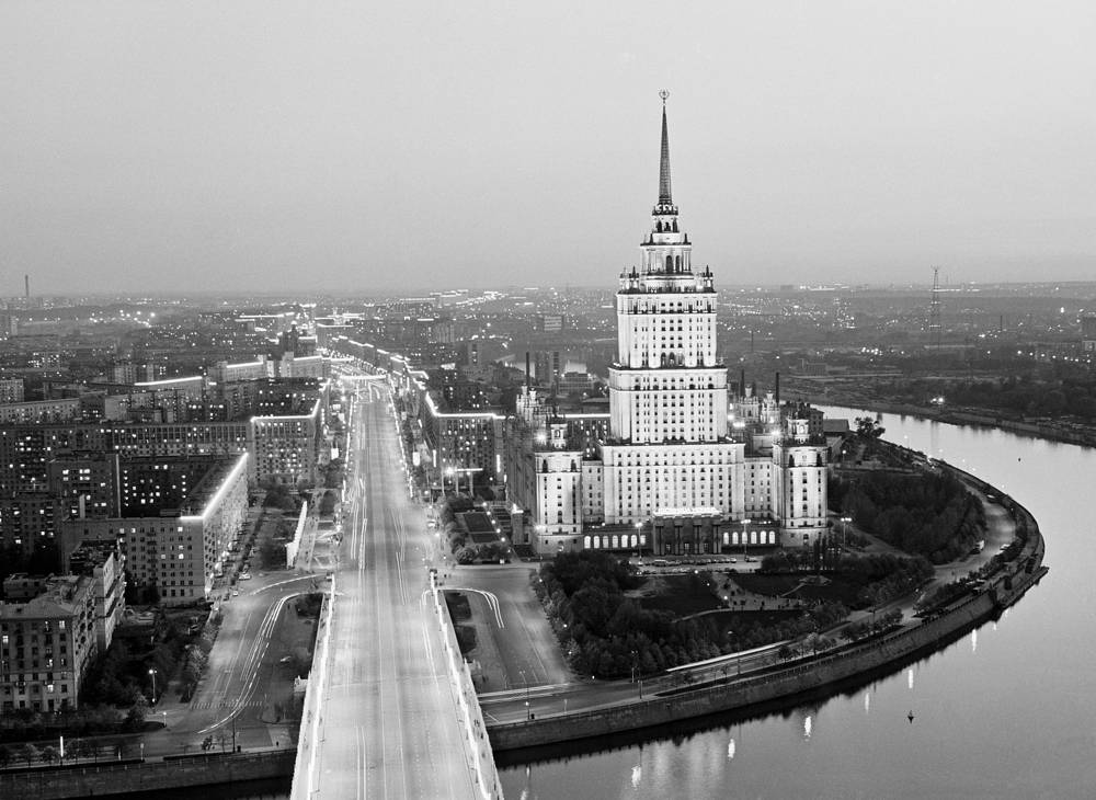 """The second tallest of the neoclassical Stalin-era """"seven sisters"""", hotel Ukraina is 198-meter high (34 stories). It was then the tallest hotel in the world. Photo:An aerial view of the Ukraina Hotel and Kutuzovsky Avenue"""