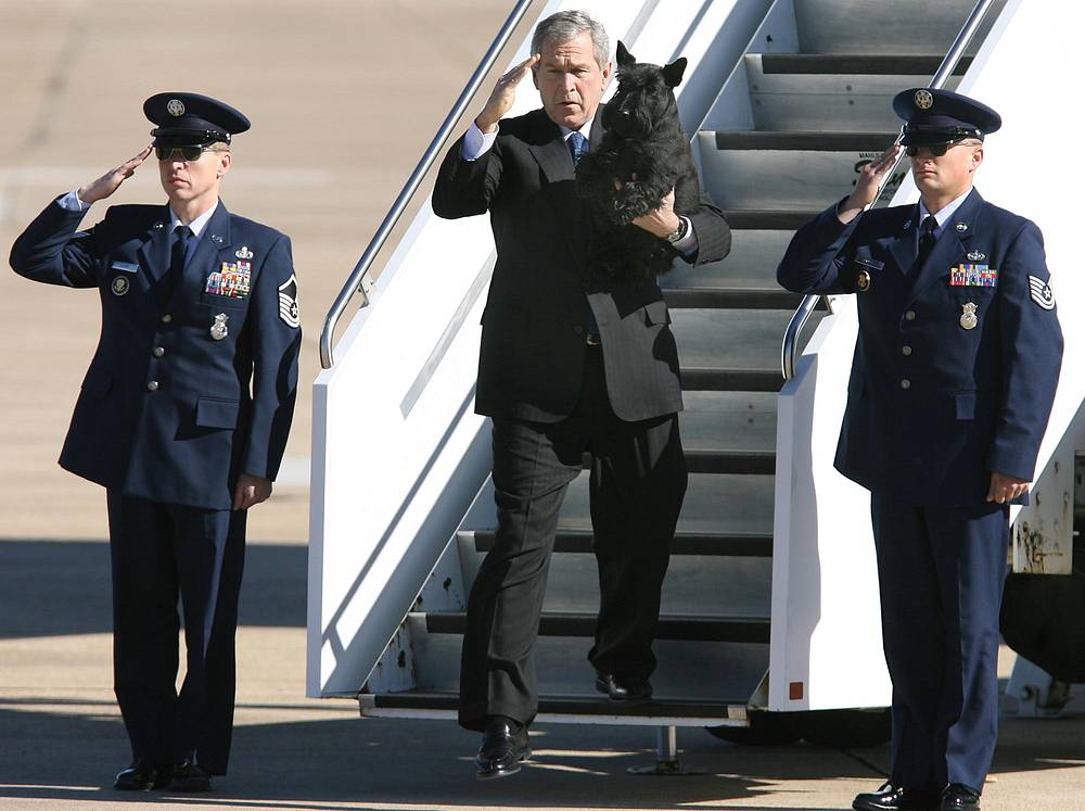 US President Bush, along with his dog Barney, steps from Air Force One after landing Tuesday, Dec. 26, 2006, in Waco, Texas. The president will spend the week at his nearby ranch in Crawford. ()