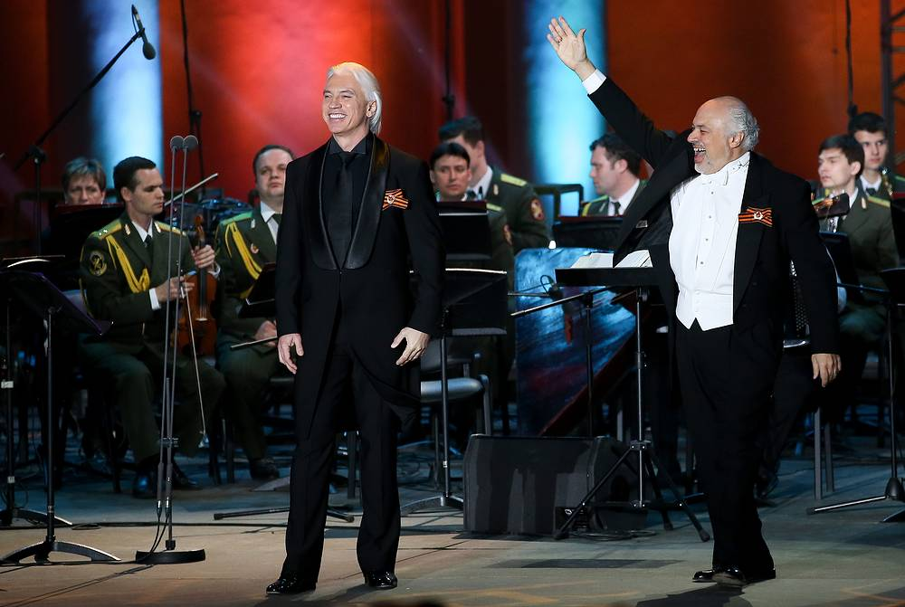"""Russian baritone Dmitri Hvorostovsky and US conductor Constantine Orbelian perform with the Song and Dance Ensemble of the Russian Interior Ministry in a concert titled """"Songs of the War Years"""" at the Green Theatre of the VDNKh Exhibition Centre, 2016"""