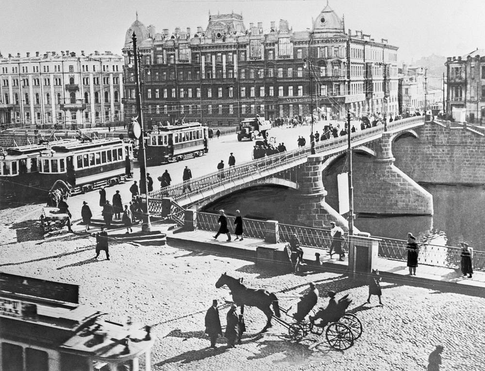 A cast iron bridge in Moscow, 1920