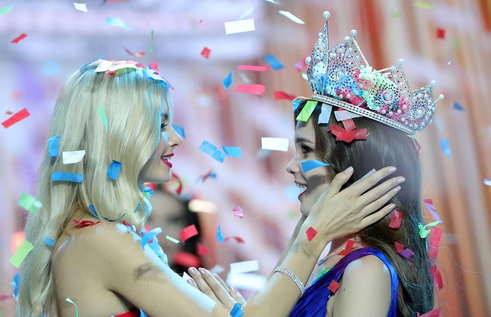 Miss Russia 2017 Polina Popova gives the crown to Yulia Polyachikhina
