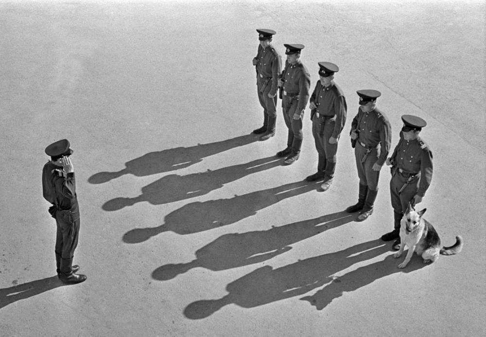 Border guards seen while receiving an order, 1971