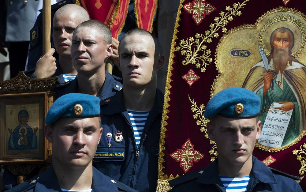Russian paratroopers participate in an Orthodox religious procession during celebration of Paratroopers' Day in Red square in Moscow, August 2