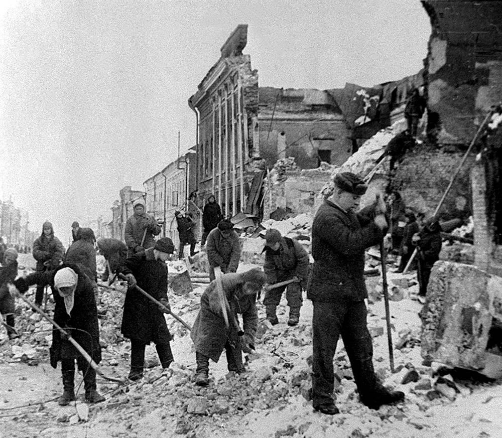 Citizens clearing Lenin street of debris in Kursk, 1943