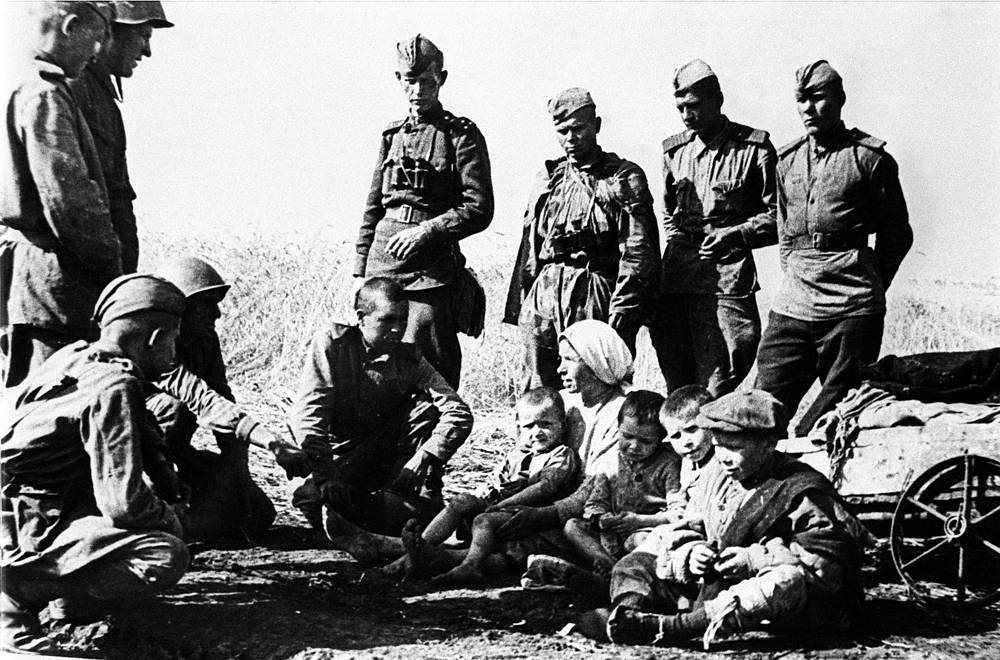 Soldiers of the Red Army talking to residents of the village of Prokhorovka, 1943